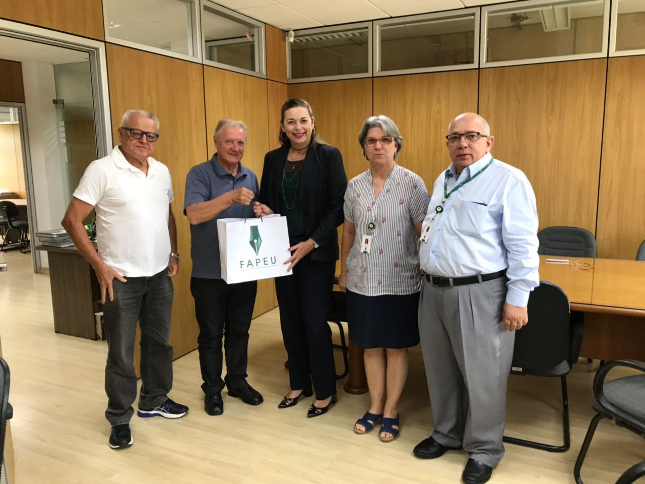 Superintendentes da FAPEU presenteando a Prof. Suzana , vice-presidente do CONFIES